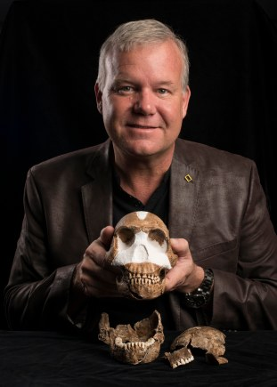 Lee Berger with Homo naledi. cc Wits University (3)